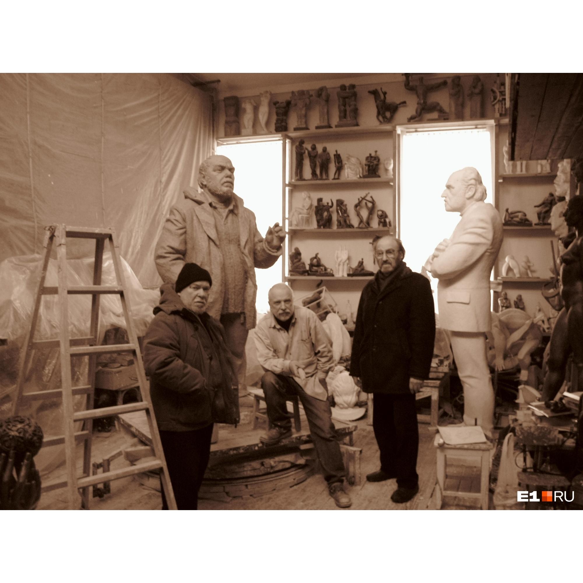 В мастерских работали многие известные художники и скульпторы. На фото: Миша Брусиловский, Андрей Антонов, Виталий Волович
