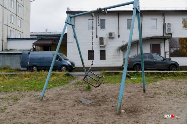 """Такие детские площадки находятся в Цигломени — посмотрите <a href=""""https://29.ru/text/gorod/2020/10/18/69507549/"""" class=""""_"""" target=""""_blank"""">репортаж оттуда</a>"""