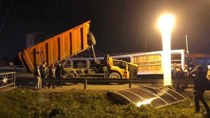 Дорожники договорились о восстановлении пешеходного моста на Челябинском тракте, который снес КамАЗ