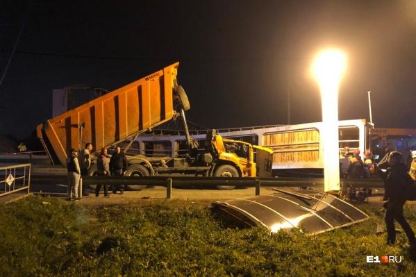 Мост рухнул на кабину самосвала, погубив водителя