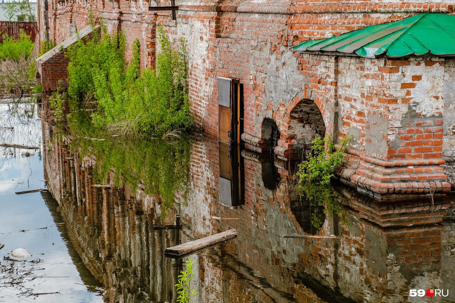 Вода затопила фундамент и первый этаж Крестовоздвиженского храма