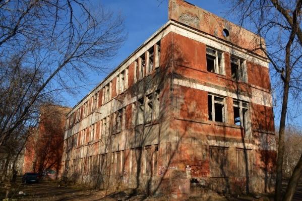 Здание бывшей поликлиники на улице Лебедева пустует много лет