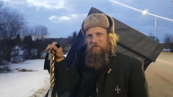Житель Котласа снял на видео странника, идущего пешком в Архангельск из Краснодара с мечом и иконой
