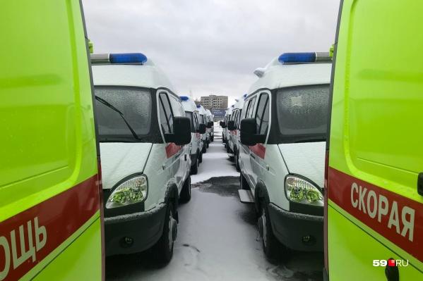 Вся парковка за салоном ГАЗ заполнена каретами скорой