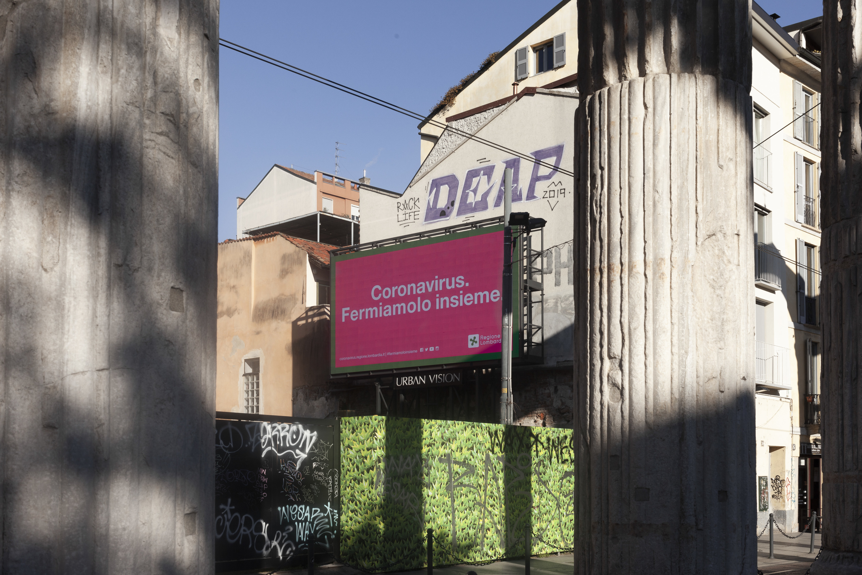 Рекламный баннер в Ломбардии говорит: «Коронавирус. Давайте остановим его вместе»