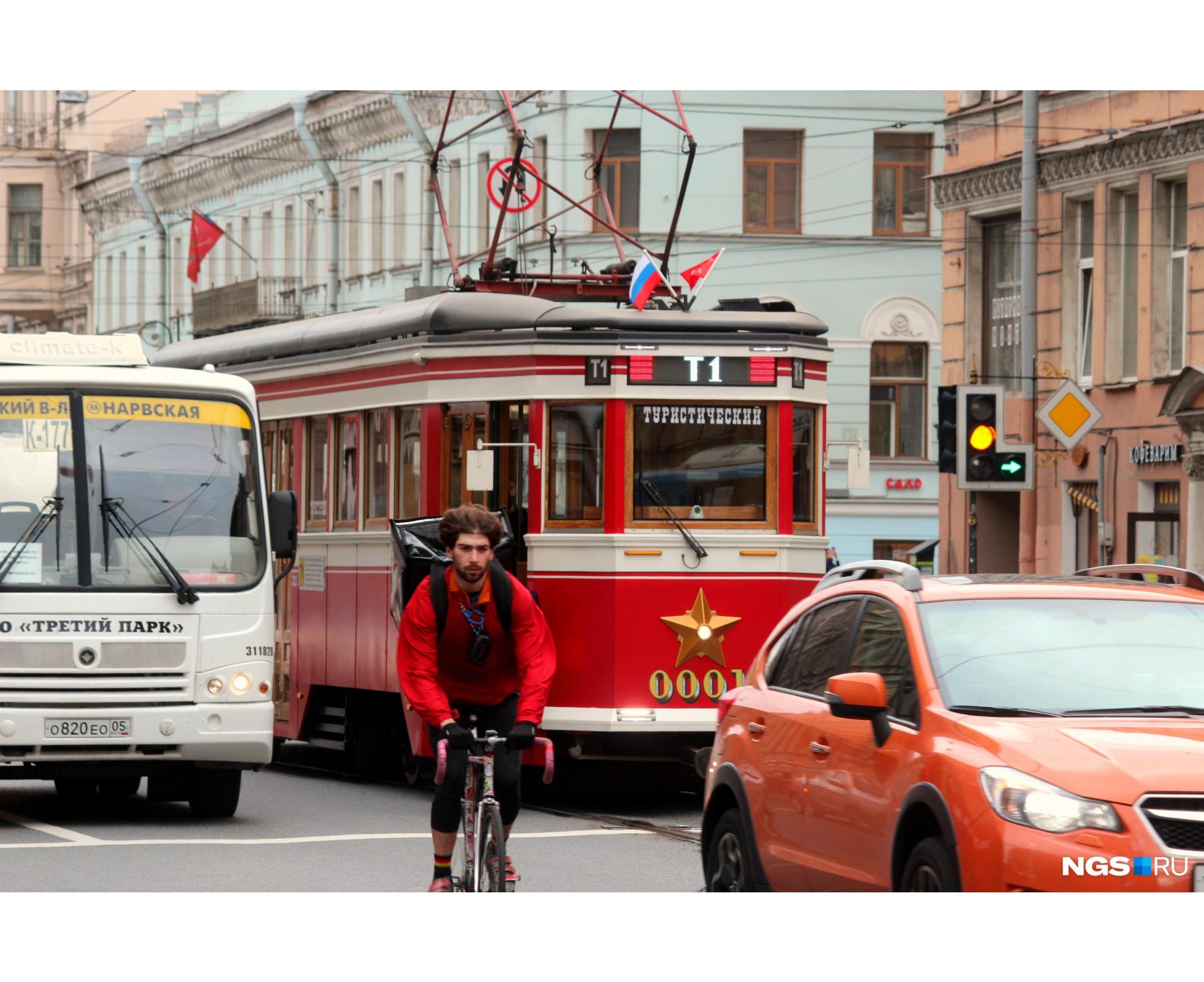 Маршрут туристического трамвая проходит через большую часть Васильевского острова, часть Петроградки и делает большую петлю в Центральном районе. По пути пересекая три моста
