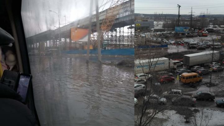 Трассу парализовало: появились фото и видео потопа на М-5 в Самарской области