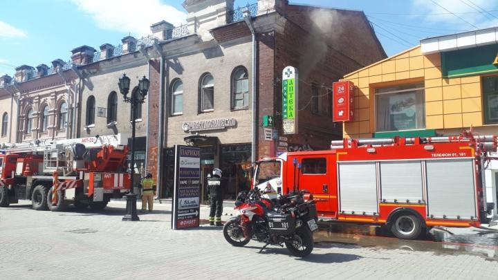Тушить дом приехали байкеры-пожарные: на Вайнера горит историческое здание
