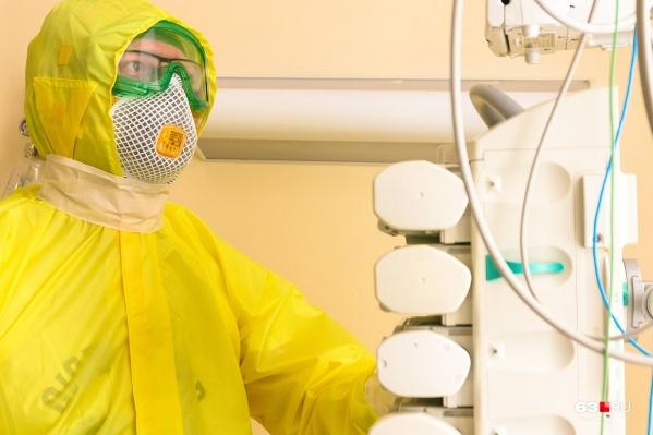Врачи носят специальные костюмы для защиты от коронавируса