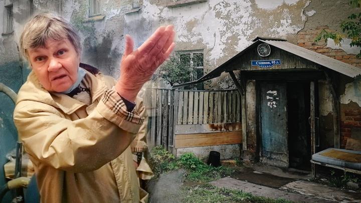 «Ждут, когда на нас крыша обрушится»: жильцы старого барака на Степной 10лет надеются на расселение