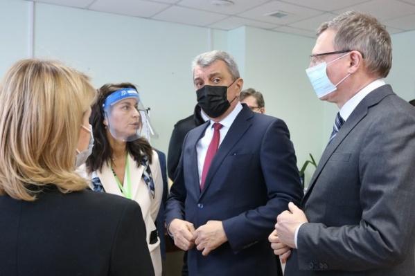 Полпред Сергей Меняйло провел в Омске оперштаб по коронавирусу, а после посетил несколько медучреждений