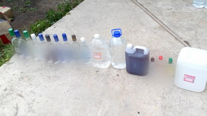 Более 2300 бутылок фальшивой водки изъяли у подпольщика в Берёзовке