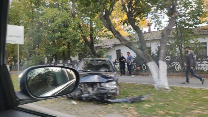 Водитель пропал, остались два пьяных пассажира: на Ямской автомобиль протаранил дерево