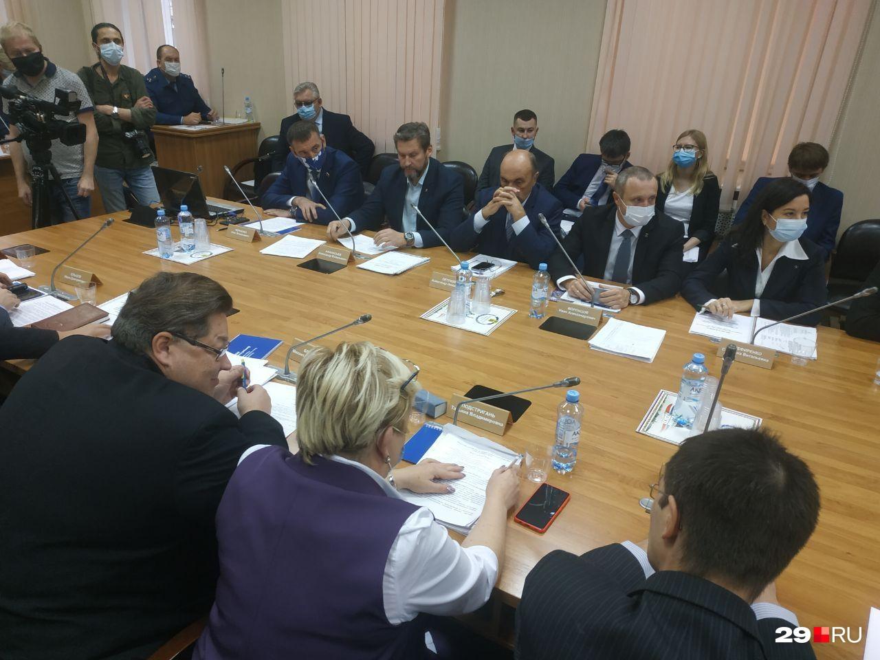 Депутаты обсуждают кандидатов