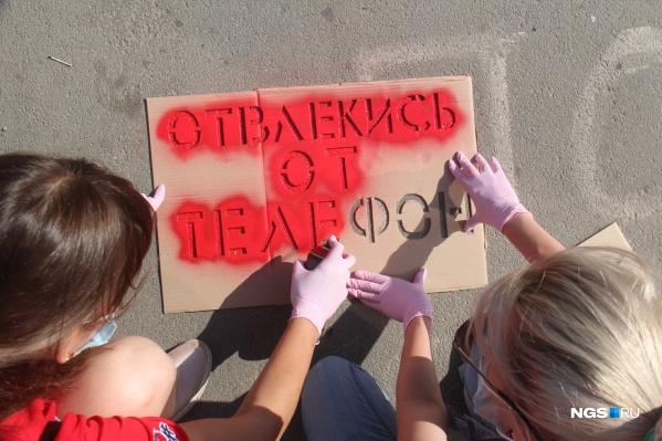 Надписи наносились с помощью картонного трафарета и баллончика с краской