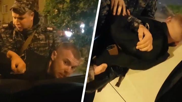 «Приставил пистолет к голове»: в Екатеринбурге задержали вооруженного парня, угрожавшего таксисту