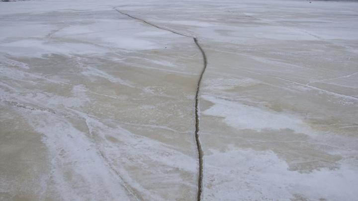 Мужчина, провалившийся под лед на Тельдозере, выжил благодаря вмерзшей в лед куртке. Его друга ищут