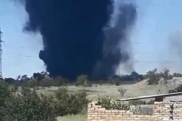 Огромный столб черного дыма виден за несколько километров от места происшествия