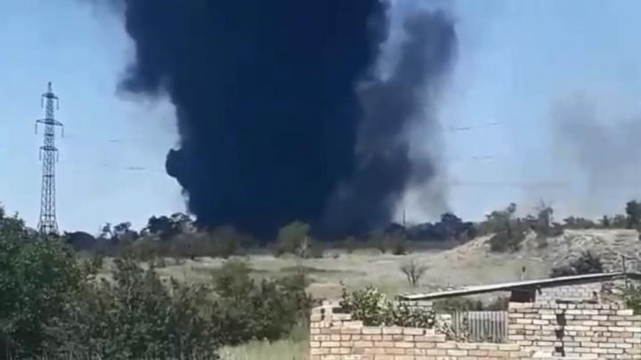 «Были слышны взрывы»: под Волгоградом разгорелась свалка, на месте чиновники и МЧС — видео