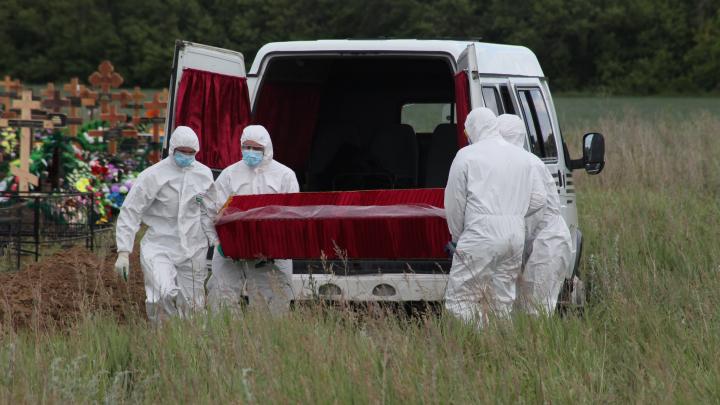 «Даже не удалось горсть земли бросить»: фоторепортаж с похорон омички, у которой был коронавирус