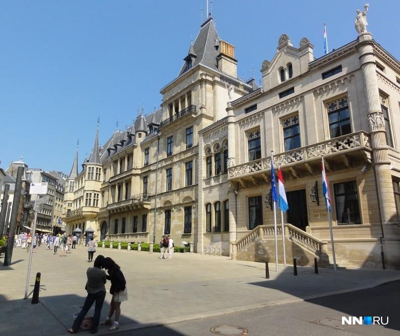 На центральной площади, носящей имя первого Великого герцога Гийома II, расположен герцогский дворец. Люксембург — единственная страна Европы, чей монарх носит титул Великого герцога.