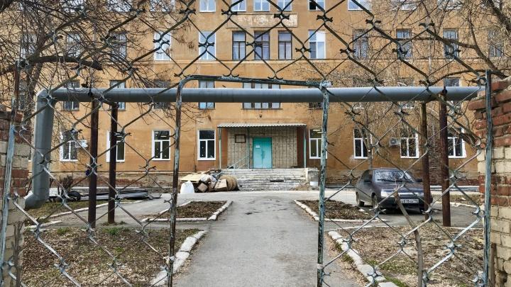 Как работает больница, в которой умерла пациентка с COVID-19? Репортаж из Богдановича