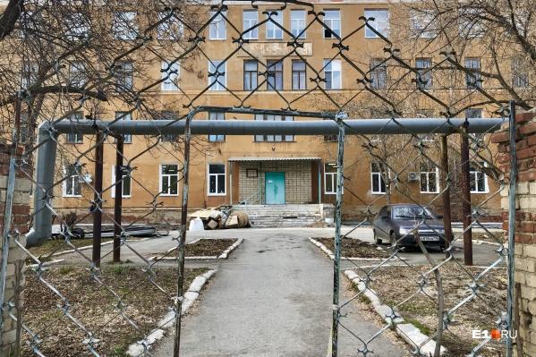 Так выглядит служебный вход в ЦРБ Богдановича
