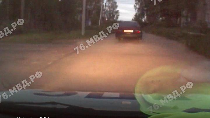 Пришлось стрелять: пьяный водитель без прав сбил пешехода, удирая от полиции. Видео