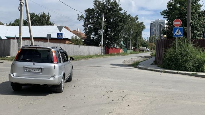 Под «кирпич»? Легко. Односторонняя улица в Новосибирске, где водители ездят против шерсти под знак и не боятся