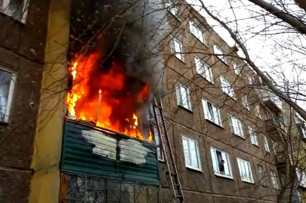 Предварительно, первой загорелась квартира на втором этаже