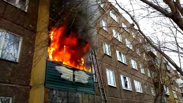 В Челябинске из горящей пятиэтажки эвакуировали 12 человек, есть пострадавшие