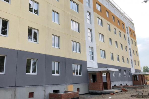 Строительство ведётся сразу на двух площадках: в доме по улице Строителей завершена отделка фасада, рабочие приступили к ремонту подъездов и квартир