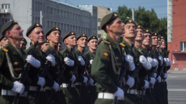 Как прошел самый странный парад в истории Новосибирска — показываем в 15 фото, что вы пропустили