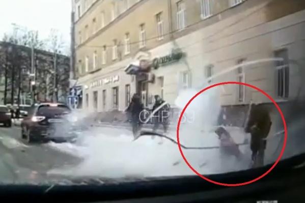 Из-за рухнувшего сверху снега девочка не устояла на ногах