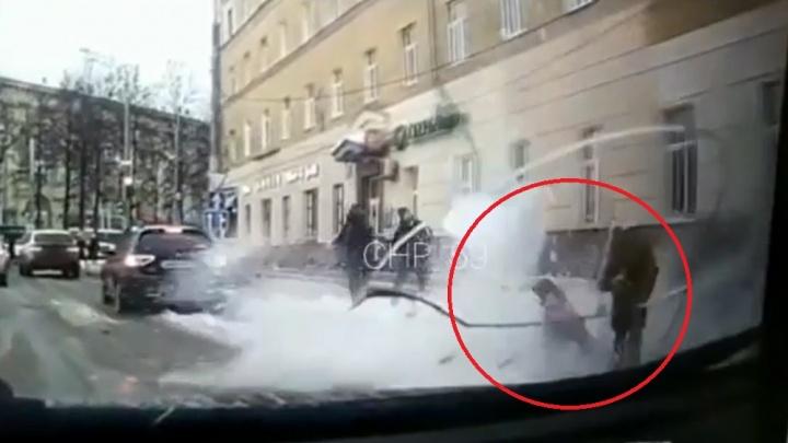 В Сети появилось видео падения наледи на бабушку и девочку в центре Перми