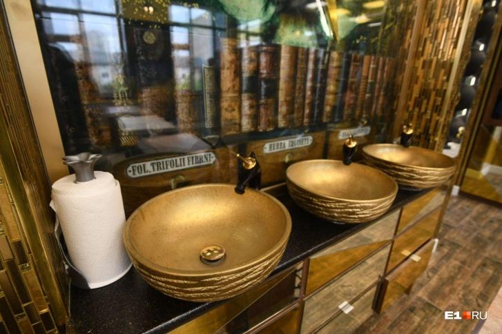 Золотые раковины вместо привычных белых и ржавых