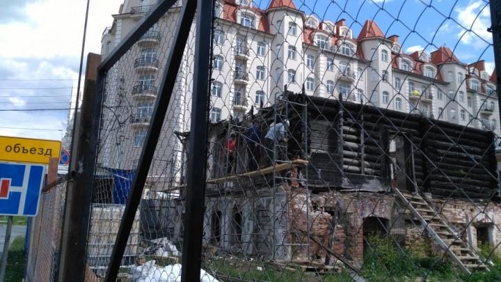 В центре Екатеринбурга начали разбирать старинную усадьбу. В мэрии объяснили, законно ли это