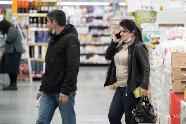Большинство людей уже давно игнорирует ношение масок в общественных местах