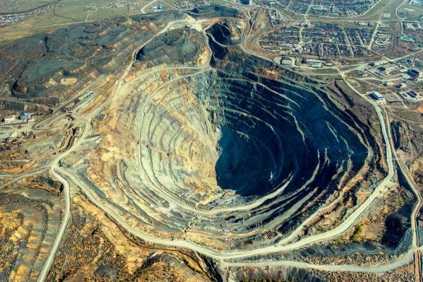 в правом верхнем углу находятся микрорайоны из частных домов, которые расположены рядом с рудными отвалами