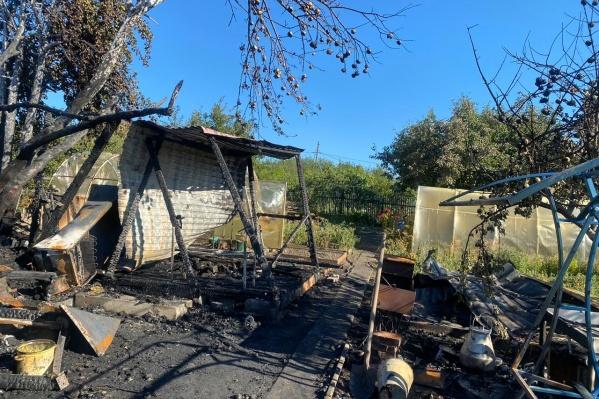 Огонь полностью уничтожил дачный домик