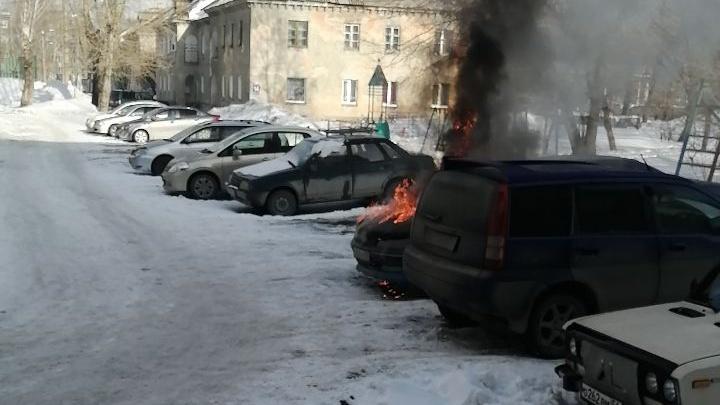 На парковке в Новосибирске вспыхнул автомобиль такси — это попало на видео