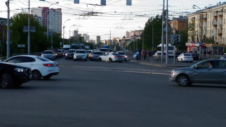 На Уралмаше водитель дорогого Mustang устроил ДТП с тремя машинами