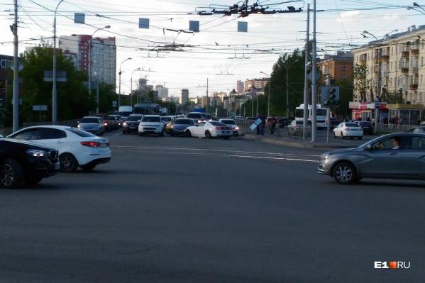 Машины столкнулись недалеко от метро «Уралмаш»