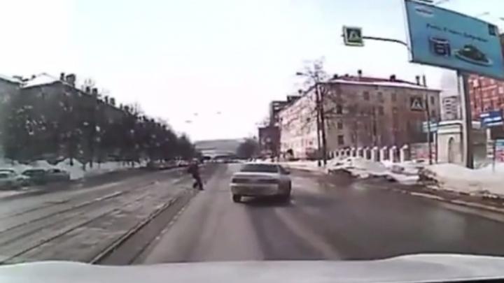 Чудом объехал и помчался дальше: на видео попало, как седан чуть не сбил школьника в Калининском районе