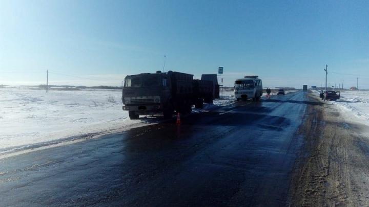 В Зауралье КАМАЗ на автобусной остановке сбил пенсионерку