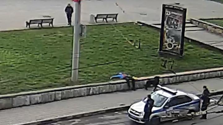 На центральной площади Рыбинска полицейский застрелил собаку: инцидент попал на видео