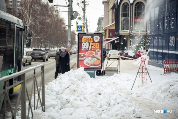 Снег, который сошел с крыш, повредил 10 автомобилей за месяц