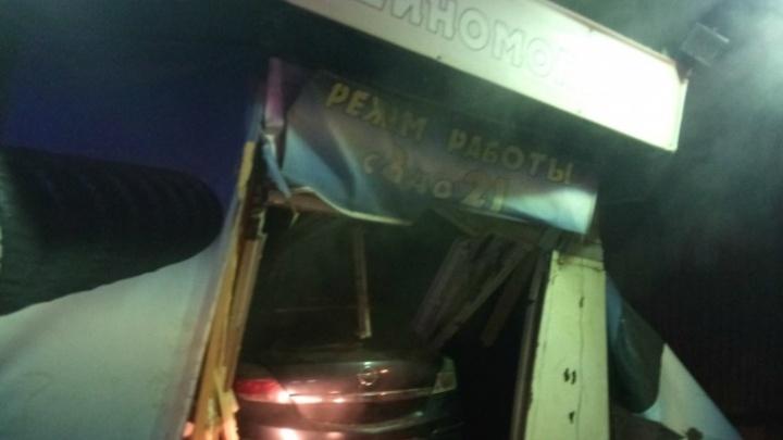 Челябинцу, протаранившему на машине шиномонтажку с рабочими, вынесли приговор