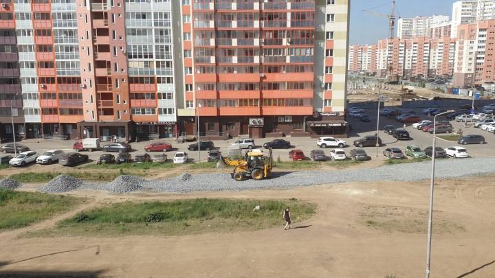 На площадке будущего сквера на Северо-Западе Челябинска начали строить дорогу