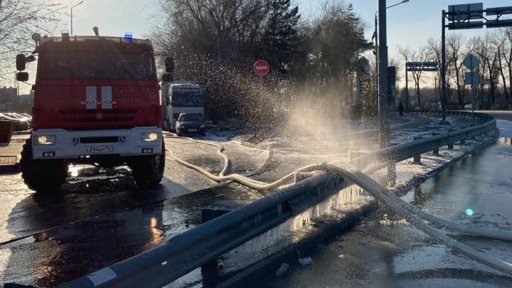На трассе у Ростова возобновили движение. Дорогу перекрывали из-за пожара